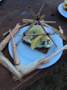 Smørrebrød med æg,mayonnaise karse og citron, udsmykket med en 3 buk